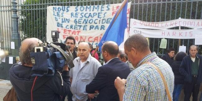 Hocine Louanchi devant les grilles de la préfecture du Gard devant médias et aux côtés des harkis. PHOTO Y.B.