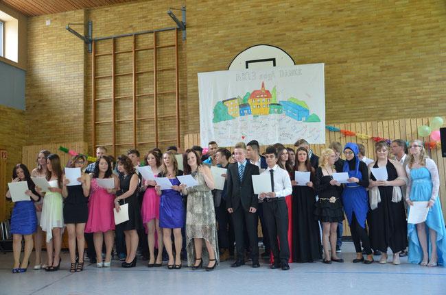 Die beiden Abschlussklassen aus dem Schuljahr 2012/2013 bei der feierlichen Zeugnisübergabe im Rahmen der Abschlussfeier