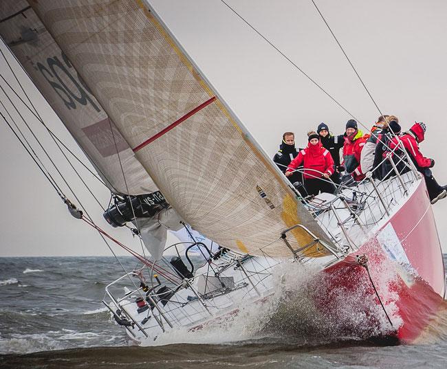 """à la barre du bateau """"Haspa Hamburg"""" lors de l'approche de la ligne d'arrivée du Nordstream Race 2013 à St.Petersbourg, (c) Andrey Sheremetyev/St.Petersburg yacht Club"""