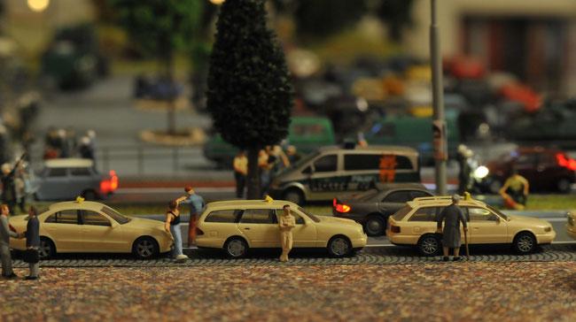 Im Hintergrund: mt Farbbomben beworfener Halbgruppenkraftwagen