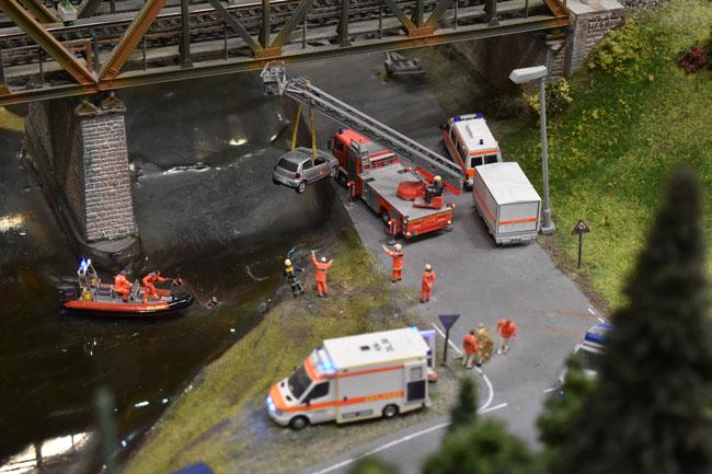 Taucher der DLRG unterstützen die Feuerwehr bei der Bergung eines PKWs