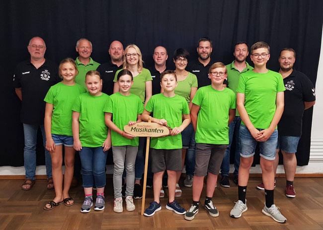 Mitglieder der Sportfreunde, der Roßfelder Musikanten und der Bläserklasse bei der Übergabe der Spende