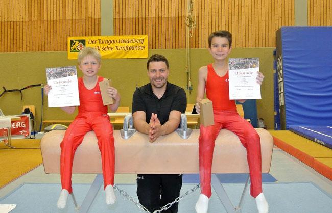 Nach dem Wettkampf, Loic Rückert, Trainer Peter Siefert und David Rolsing mit glücklichen Gesichtern