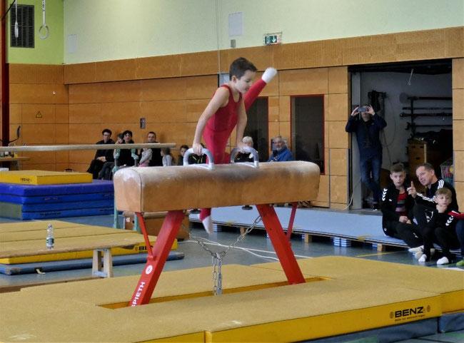 Damian Hain, bei seiner Klasse Übung am Pauschenpferd