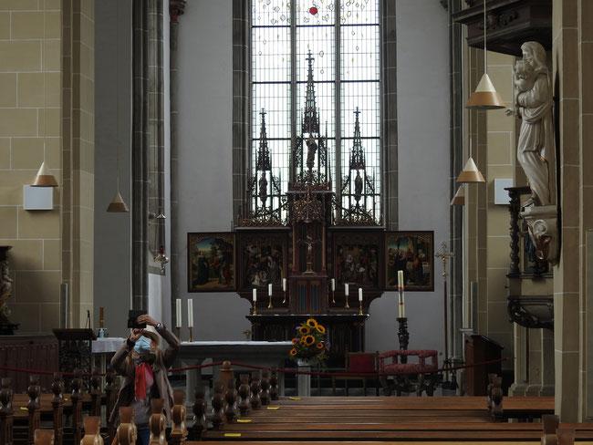 ich habe dieses Foto in Originalgröße hochgeladen,  damit die Details der Altarbilder angesehen werden können