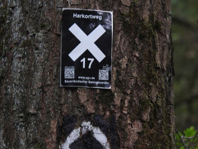 Die Wandermarkierung, im Verlauf der Strecke meist nur als aufgemaltes X gekennnzeichnet