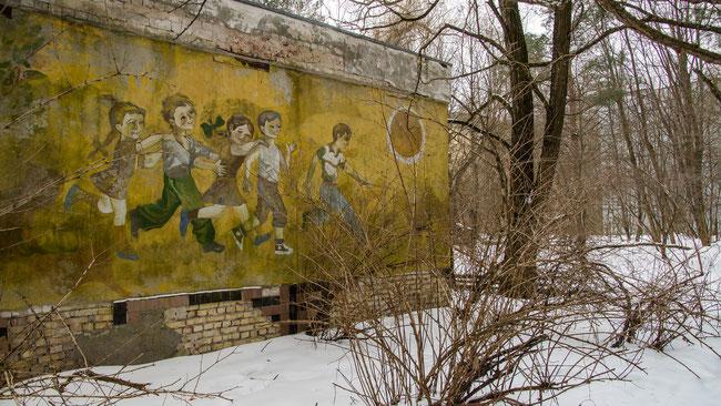 Kinder auf einem Wandgemälde in Cernobyl - das Gebiet ist seit damals ausgestorben, dem Verfall preisgegeben