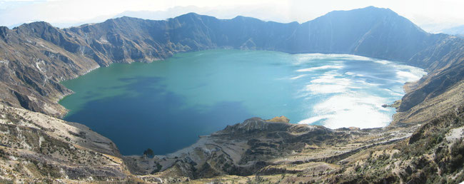 © Gunkel. Caldera lake of the active volcano Quilotoa, Ecuador