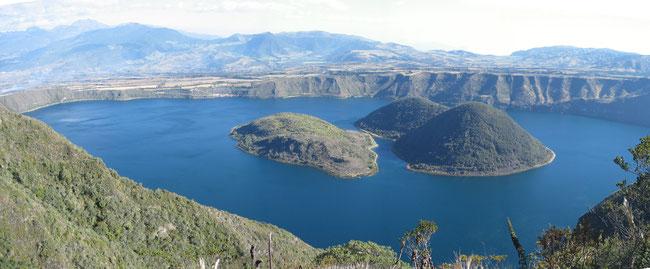 ©Gunkel. Cuicocha, Ecuador, Caldera mit 4 kleineren Vulkankegeln