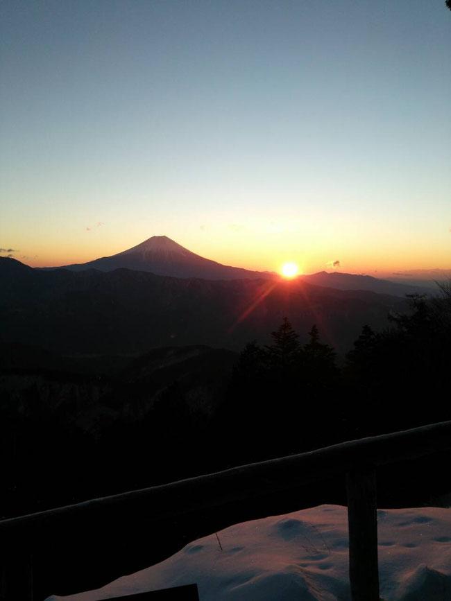 富士の裾野からのぼる太陽