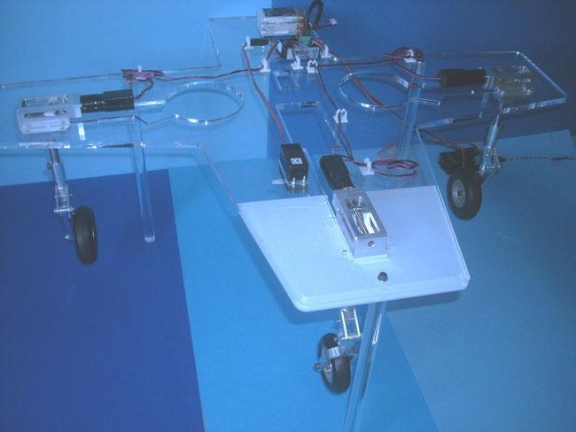 Einziehfahrwerke mit Controller und Fahrwerksbein/Federbein ausgefahren