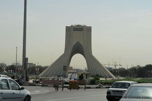Vorbei am Azadi-Turm