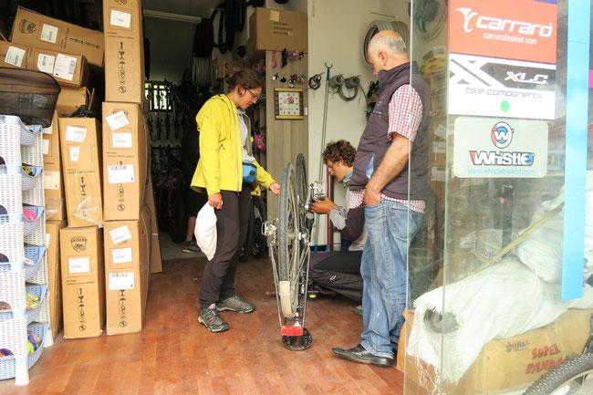Schrauberkönig Andi bringt Esthers Fahrrad wieder auf Vorderman