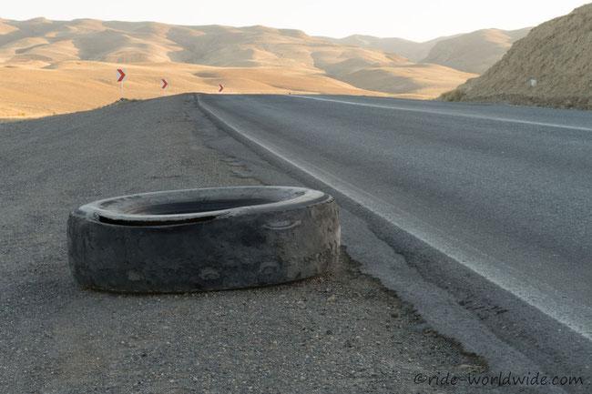 Reifen und Reifenreste prägen das Straßenbild