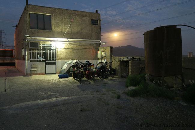 Zelten im Hinterhof einer Autowerkstatt