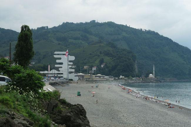 Strand mit Blick auf die Grenze