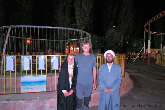 Freundlicher Mullah, aber begeistert bin ich von dem Chador nicht