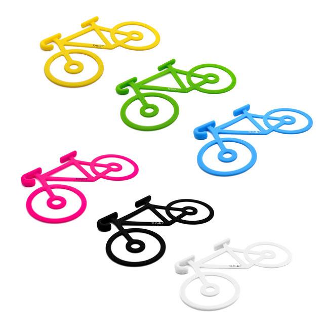 Die vier Farben von baiki: schwarz, weiß, pink und blau.