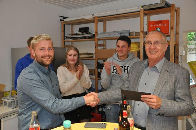 Der Kreisvorsitzende Peter Rauw bedankt sich bei Thomas Müller für sein Engagement und die Bereitschaft als Europakandidat zur Verfügung zu stehen.