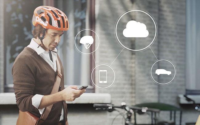 Ein Signalsystem im Helm sorgt für mehr Sicherheit der Radfahrer © Volco Cars Connected Cycle Safety Technology