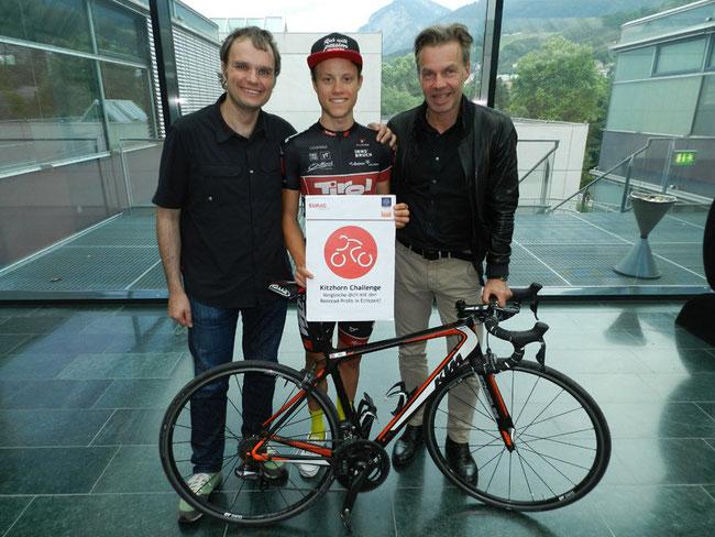 Kooperieren für grenzenlosen Sport (v.l.n.r.): Josef Bernhart (Forscher an der EURAC-Bozen/Südtirol) mit Benjamin Brkic (Tirol Cycling Team) und Thomas Pupp (Team-Manager und Landesrat a.D. für Tirol) • Foto: Ulrich Huber/IVM-Innsbruck)
