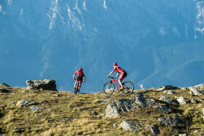 Flo Vogel (SUI) und Markus Schulte-Lünzum (GER) wollen in 36 Stunden von Oberstdorf nach Riva fahren