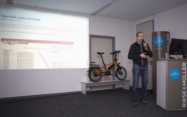 Markus Riese bei seinem Vortrag über Tauschteile ©Riese & Müller