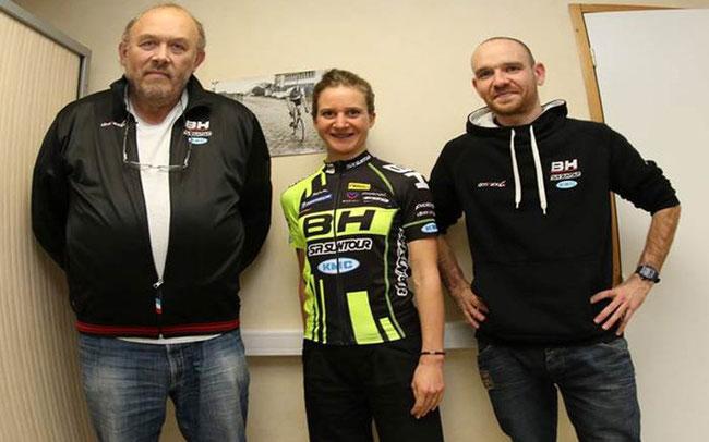 Adelheid Morath mit Teamchef Michel Hutsebaut und dem Teammanager Pierre Lebreton © BH Bikes Europe