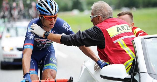 Sturz und Schmerzen bei der Ö-Tour 2016: Björn Thurau wird vom Rennarzt behandelt © Mario Stiehl