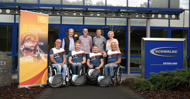 Team Sopur bei der Übergabe der personalisierten Reifen in Reichshof Wehnrath ©Schwalbe