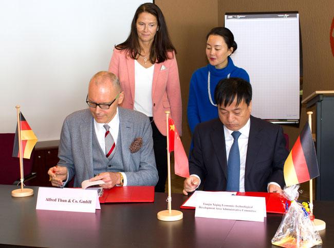 Während des Besuches von Dr. Nancy Zhang, der stellvertretenden Bürgermeisterin von Tianjin's Xiqing District und Ennepetals Bürgermeisterin Fr. Imke Heymann, wurde der Mietvertrag von THUNs neuem Gebäude in Tianjin von Hr. Alfred Thun, dem CEO der THUN G