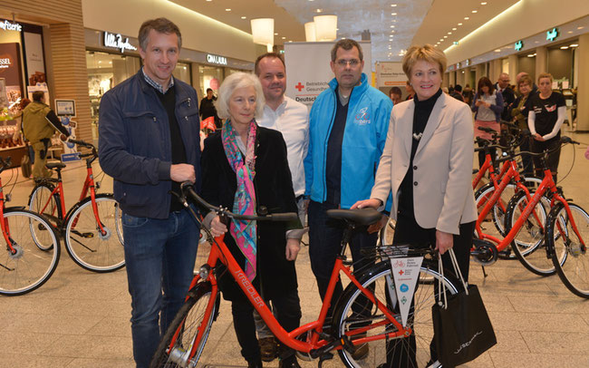 Abb. v.l.n.r.: Frank Baumann (Sportlicher Leiter Werder Bremen), Donata Freifrau Schenck zu Schweinsberg (DRK-Vizepräsidentin), Rainer Gerdes (Marketingleiter Cycle Union), Peter Rengel (GF ÖVB-Arena), Monika Mehrtens (Centermanagerin Weserpark)