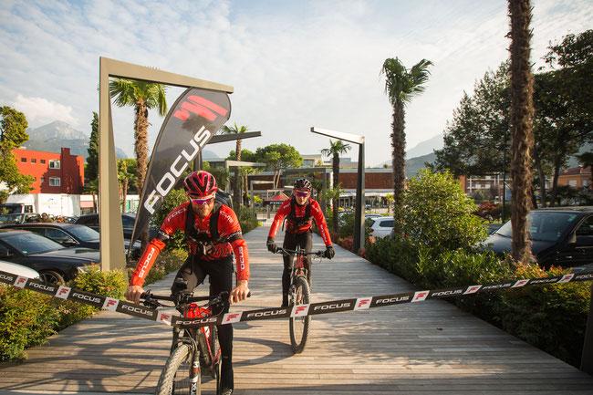 Focus Transalp36: E-Bike-Rekord in Sensationszeit geglückt! Flo Vogel (SUI) und Markus Schulte-Lünzum (GER) überquerten in 27 Stunden und 20 Minuten die Alpen!
