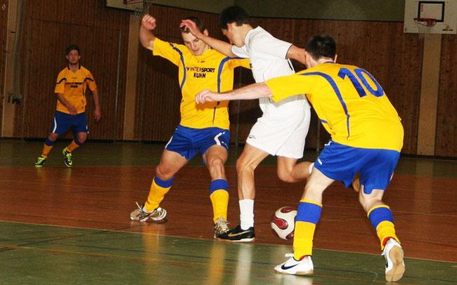 Soccercup 2013: Schwarzwaldbolzer in Gelb-Blau gegen das weiße Ballkunstensemble © Erhard Goller