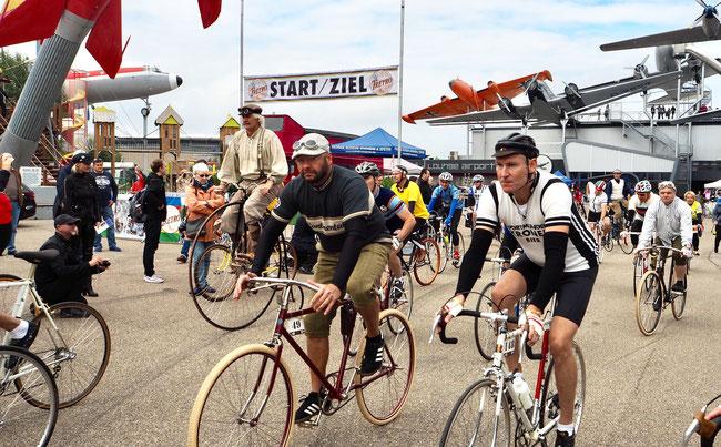 Von Altig bis Zabel…mit Radsport-Legenden unterwegs im Kraichgau     145 Radsport-Begeisterte starteten bei der 3. TRETRO im Technik Museum Sinsheim