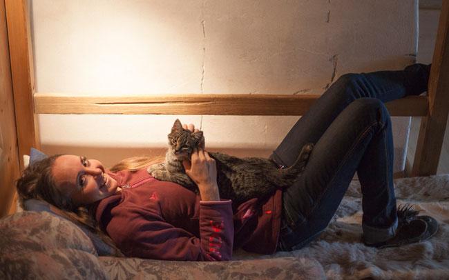 Foto (Armin Huber): Relaxen: Eva Lechner entspannt am liebsten (hier mit Kater Willy) daheim