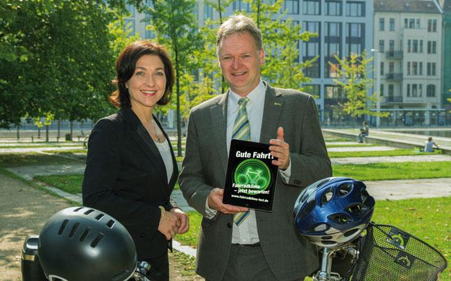 ADFC-Fahrradklima-Test 2014 gestartet: Katherina Reiche, Parlamentarische Staatssekretärin im BMVI und ADFC-Bundesgeschäftsführer Burkhard Stork © BMVI