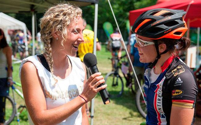 Mona Eiberweiser (l.) im Gespräch mit Siegerin Lena Putz © Ski & Bike Deggendorf