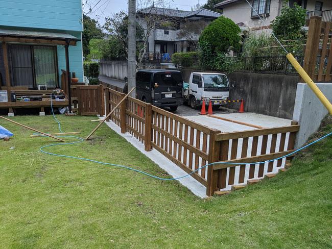 斜面なりにフェンスを設置