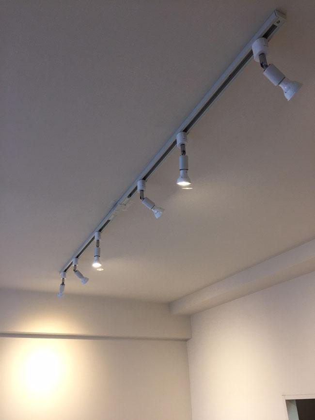 本日のリフォーム工事は千葉市マンションにてダクトレール照明器具の設置 ハワイアン家具とリノベーション工事