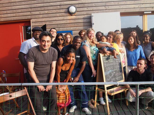 Menschen aus aller Welt kommen zusammen und haben Spass! Im Bild: Internationalität anlässich eines Festes.