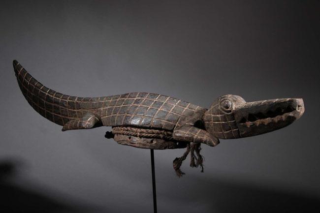Maschera cimiero coccodrillo, portata orizzontalmente sopra la testa