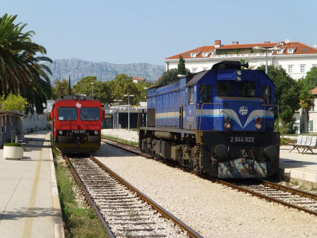 """2014.08.12. Der Bahnhof in Split mit einer nachmittäglichen """"Verkehsspitze"""" mit 7 122 007 i 2 044 022"""