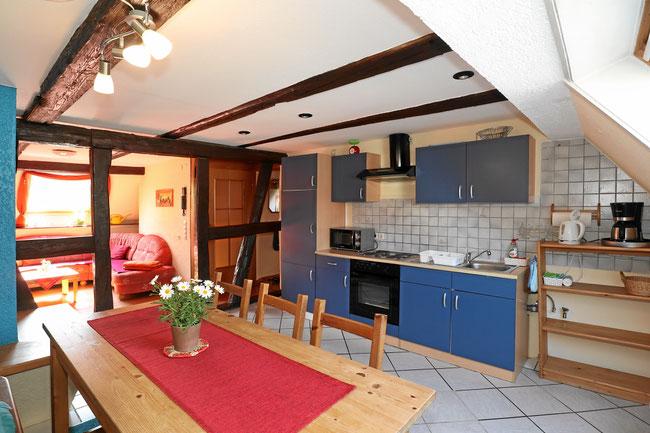 Grosse offene Wohnküche mit vielen Extras und Esstisch.