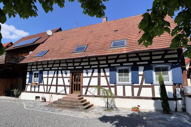 Das Gästehaus ist ein renovierter Bauernhofmit Ferienwohnungen, einzelnen Zimmern und Monteurzimmern.