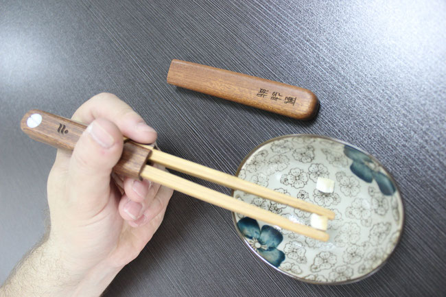 Foreigner using chopstick without problem, no need learning