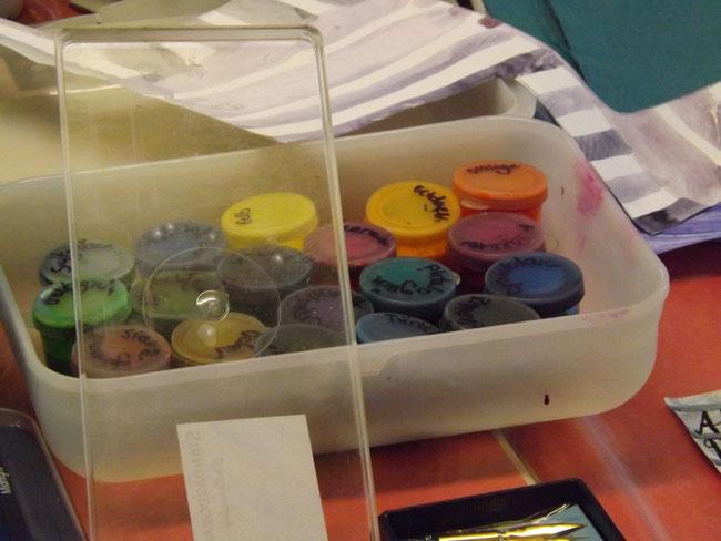 Katja hat Tinte in allen Regenbogenfarben mitgebracht.