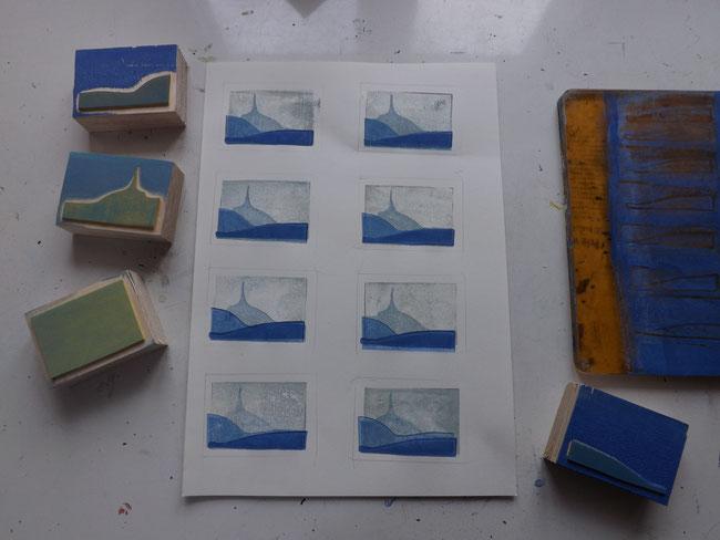 Vier Stempel und ein bisschen Acrylfarbe: fertig sind die Berge in blauer Ferne.