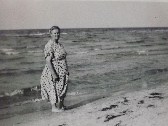 Frau am Strand, altes Foto