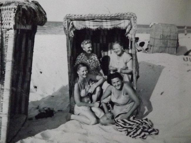 Gruppenbild, vier Frauen im und am Strandkorb, altes Foto